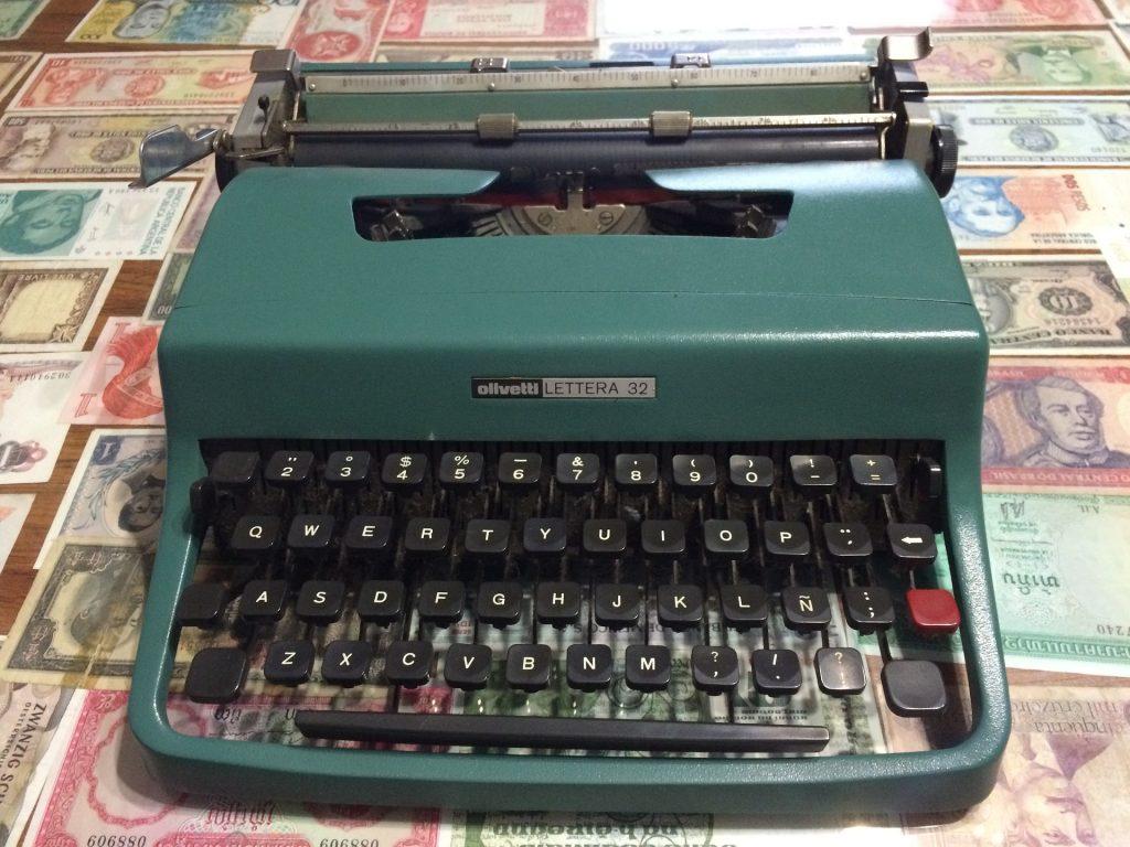 小説家-タイプライター